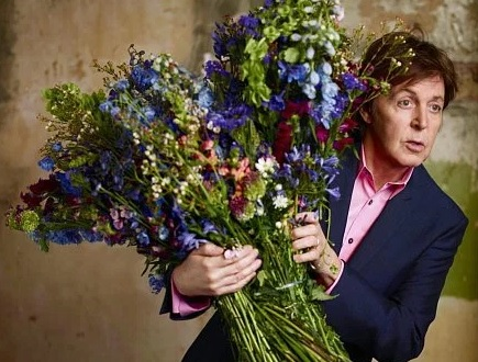 Paul McCartney med blommor